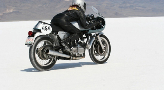 sue_ducati_900_on_the_salt_3